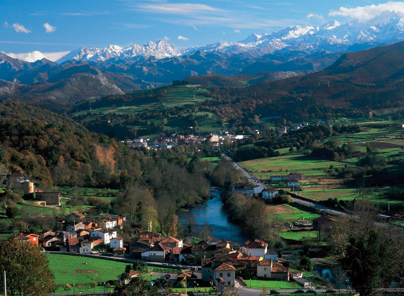Vista de Cangas de Onís y Picos de Europa